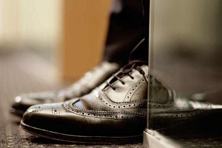 Cómo limpiar zapatos de piel de becerro con mucho aceite. Los zapatos de piel de becerro con mucho aceite requieren de limpieza y una nueva aplicación de aceite para restaurar su resistencia a la humedad y lustre natural. Los zapatos con aceite (debido a su resistencia a la humedad) tienden a ...