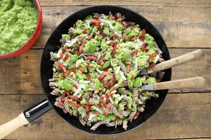 Een van mijn favorieten! Glutenvrije pasta met pesto van doperwtjes. Zoet, kruidig en pittig. Deze easy peasy pesto is heerlijk.