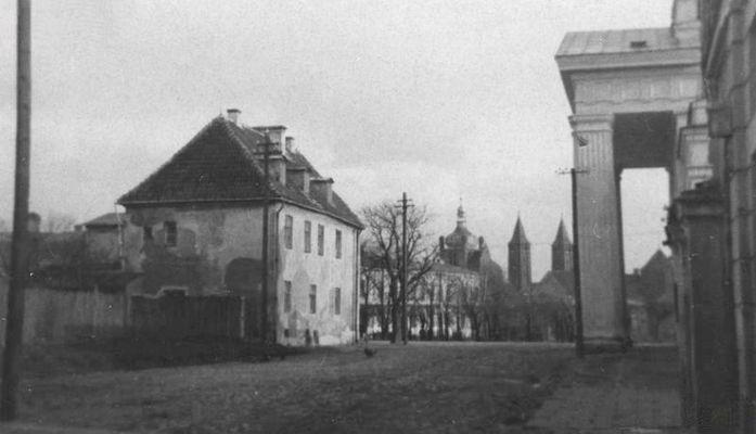widok sprzed teatru w stronę katedry przed 1939r. Kliknij aby obejrzeć w pełnym rozmiarze