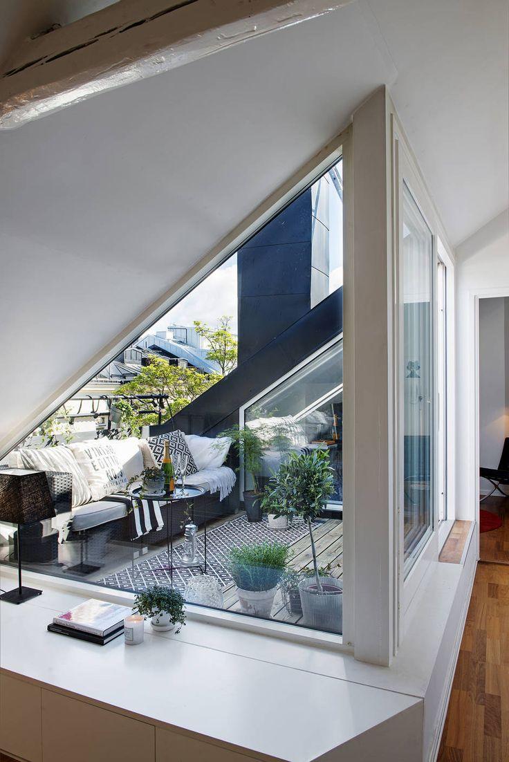 Living space on the balcony: 最上階のメゾネットハウスのバルコニーに作り込まれた屋外リビングスペースをリビング側から