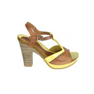Geweldige high heel sandalen van Red Rag, model 8480! Pumps om gelijk verliefd op te worden. Deze sandalen hebben een stoere look en een prachtig kleurenpalet vangeel en bruin. De band rond de enkel is door middel van een gesp te stellen. Verder hebben deze sandalen van Red Rag een vrouwelijk hak van ongeveer 8 centimeter, het plateau gedeelte is ruim 1.5. centimeter, de loopzool is van rubber. Picture your self....onder jeans of zomers jurkje.