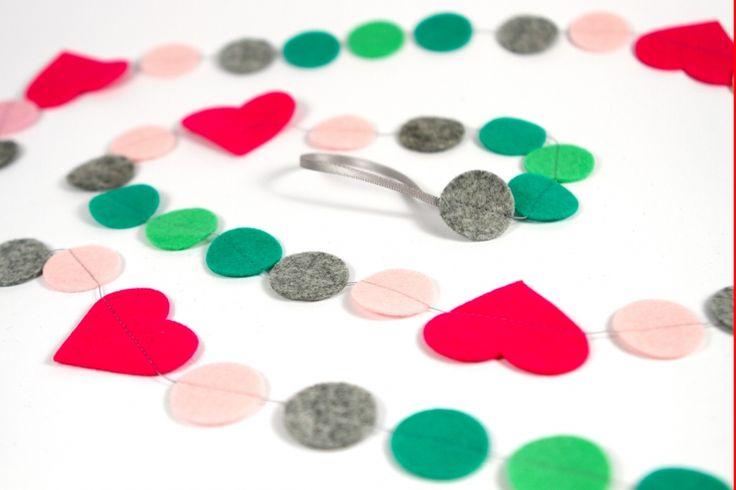 Slinger HARTJES: vrolijke slinger met hartjes en cirkels. Ca. 1.5m lang, doorsnede hartjes ca. 4,5 cm. Naar wens op maat gemaakt in de door jou gewenste kleuren!
