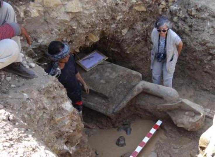:Arqueólogos trabajan en la extracción de una estatua del templo funerario de Amenhotep III, ubicado en la orilla occidental de río Nilo, cerca de Luxor. Descubren 66 estatuas de la diosa faraónica de la guerra Sejmet en un templo al oeste de la ciudad monumental de Luxor