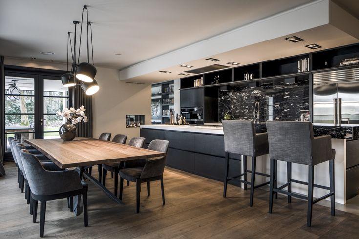 Het niveau van het rietgedekt landhuis is ongekend en de uitstraling van het exterieur en interieur is stijlvol. Kijk op HOOG.design voor meer inspiratie.