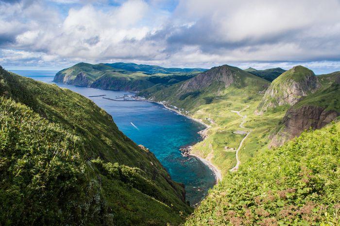 北海道にある花の浮島とも呼ばれる『礼文島(れぶんとう)』は、6月から8月までたくさんの高山植物が咲き乱れます。まるで天国にいるような美しい島は感動がいっぱいです。さぁ、お花畑が広がる奇跡の島でハイキングを楽しんでみましょう!名物・うに丼も、新鮮でとてもおいしいので、おすすめです。