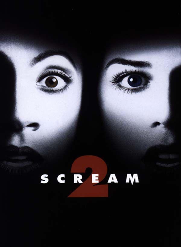 """Scream 2 est un film de Wes Craven avec Neve Campbell, David Arquette. Synopsis : Phil Stevens et sa copine Maureen Evans sortent ensemble voir en avant-première le film """"Stab"""", inspirée de la tuerie de la ville de Woodsbo"""