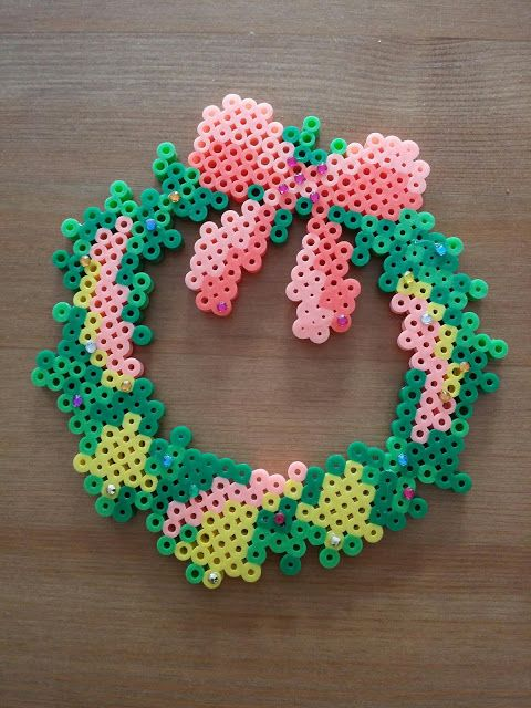 Christmas wreath perler beads                                                                                                                                                                                 もっと見る                                                                                                                                                                                 もっと見る