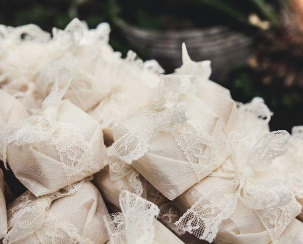Bem-casados com embalagem delicada de renda branca, neste casamento na praia organizado pela Casar no Paraíso, de Rafaela Perez. (Foto: Retrato Ateliê)