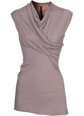 Блузки с драпировкой по диагонали, нагрудными карманами, рюшами и складками – хороший выбор для девушек с небольшой грудью.