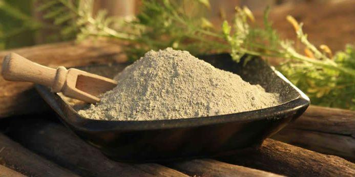 Nemrég találkoztam a zöld agyagporral (aminek szerintem inkább szürke a színe :) ). Nem gondolnánk, de évezredek óta használnak agyagport kozmetikai termékekben. Kozmetikai alapanyagként mélytisztító, radírozó, frissítő, regeneráló hatásuk van. Az ásványi anyagokban és nyomelemekben gazdag zöld agyag ideális fellazító és ásványosító hatású, felszívóképességével hozzájárul a felesleges faggyú és a szennyeződések eltávolításához. A vegyes vagy zsíros arcbőrre alkalmas. Mi a zöld agyagpor? A…