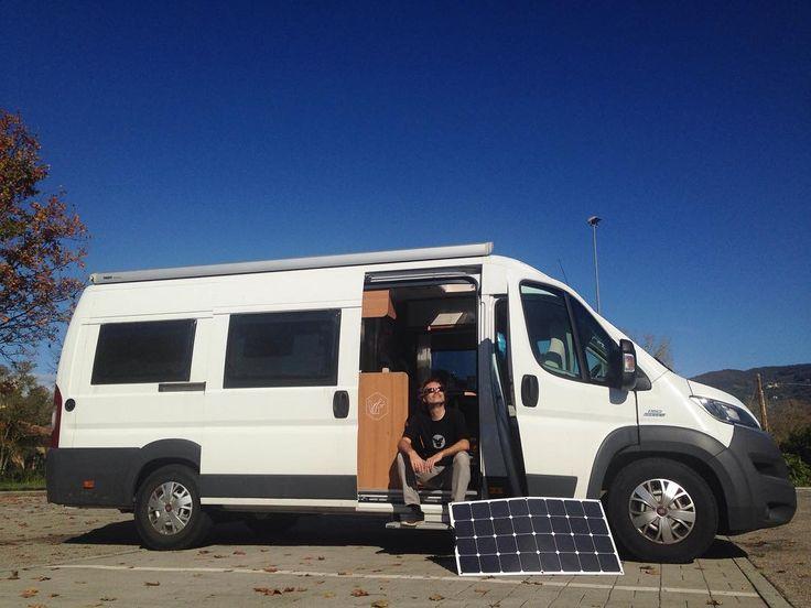 Endlich nach einigen grauen und regnerischen Tagen scheint wieder die Sonne! Unsere platte Batterie freuts und uns auch.  #sonne #italien #solarpanels #solarstrom #solarpowered #vanlife #buslife #wohnmobil #kastenwagen #pössl #pösslontour #ontheroad #solarenergy #solarenergie #homeiswhereyouparkit #vans #womoreisen #unterwegs #draussen #womotour #reisen #draussensitzen #globetrotter #lebenimwohnmobil #italienreise