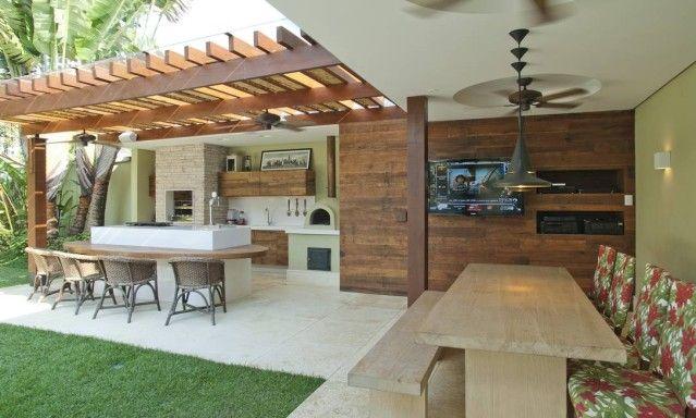 A cozinha gourmet, dos arquitetos Bruno Carvalho e Camila Avelar, tem chopeira, chapa e churrasqueira. Na parte coberta, área para assistir à TV e comer