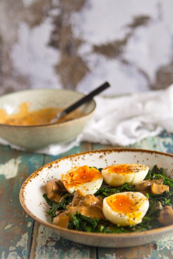 Retro recept champignons spinazie ei gerecht. Nieuw project waar oude recepten uit oude kookboeken een remake krijgen. Voedzame vleesloze budget maaltijd.