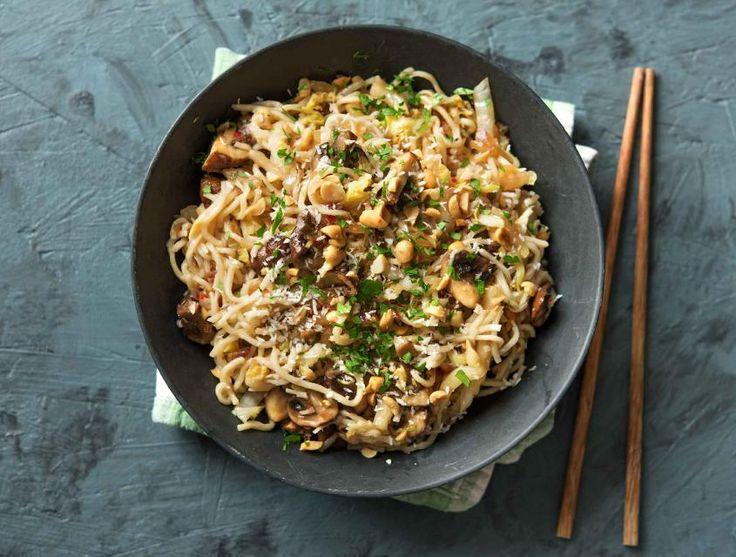 Noedels met kastanjechampignons, Chinese kool, kokos, frisse koriander en pinda's Recept | HelloFresh