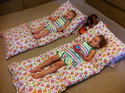 Een moeder legt vier kussens op de vloer voor een GENIALE creatie!