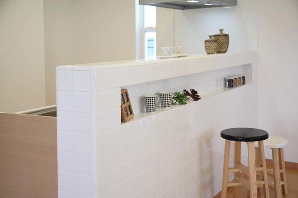 White tiled kitchen idea from Japan. 白いタイルがカフェスタイルのキッチンを演出