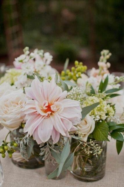 wilde bloemen op tafel