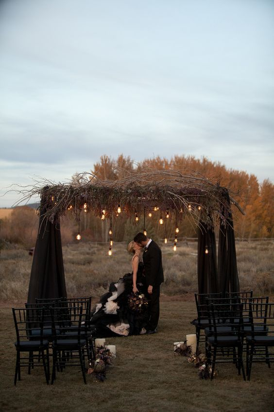 halloween ceremony decor idea / http://www.himisspuff.com/halloween-wedding-ideas/