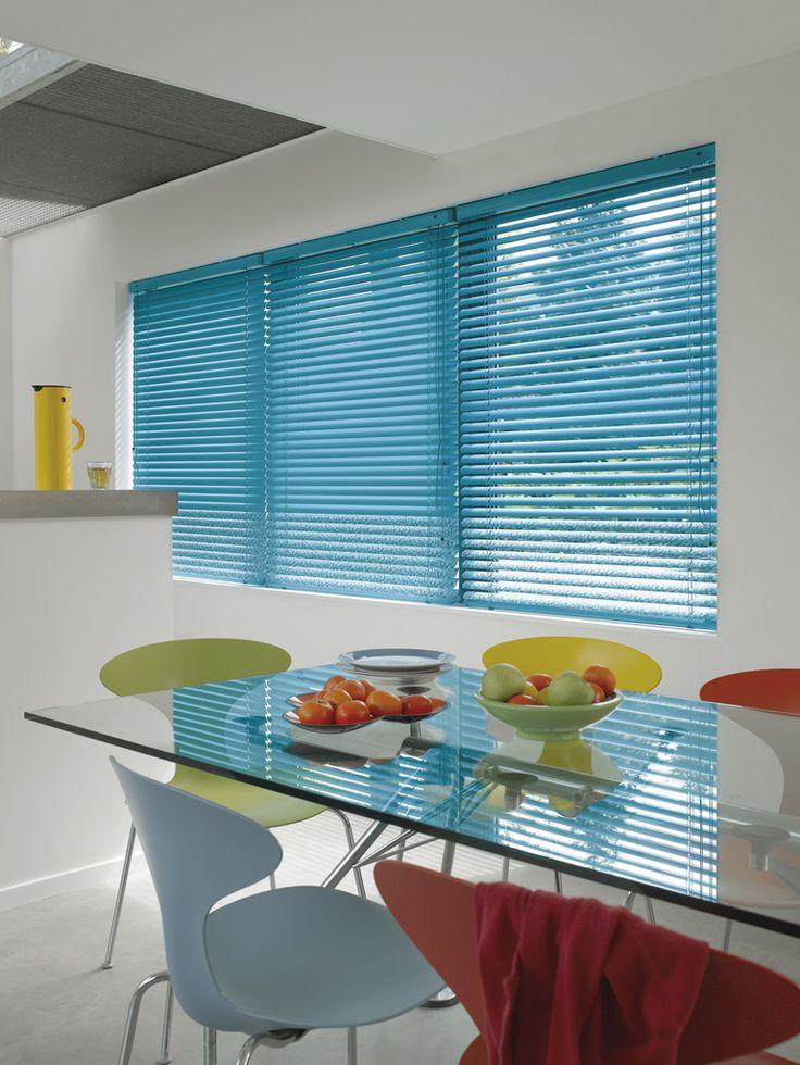 Cocina moderna con un gran toque de color azul gracias a las cortinas venecianas