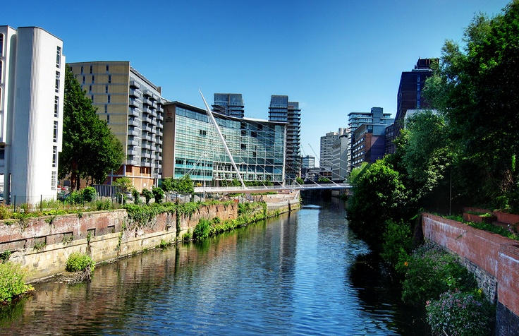 Lowry Hotel Manchester is located on the banks of Irwell river, it is overlooking the horizon with its curved glass facade, and the hotel has won a famous