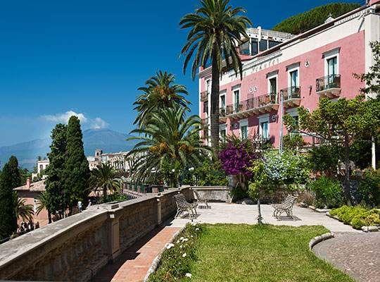 Das 4 Stern Hotel Villa Schuler, eine historische Unterkunft mitten in der Altstadt von Taormina, bietet Parkplatz, kostenlosen WLAN und den Komfort eines Drei-Sterne-Hotels.