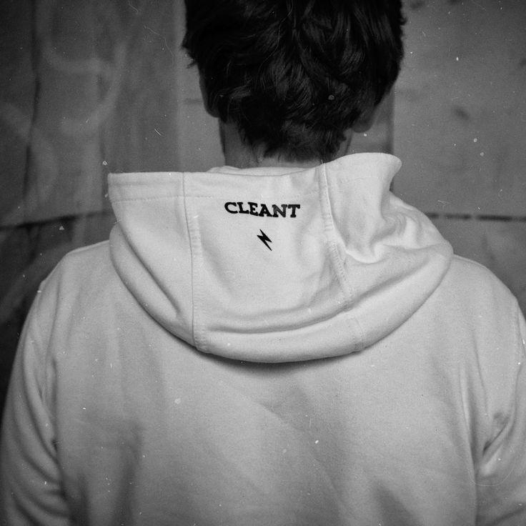 Nadruk detal na kapturze: piorun i CLEANT. Bluza to #air_hoodie
