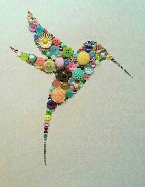 Cuadro de colibrí hecho con botones de colores