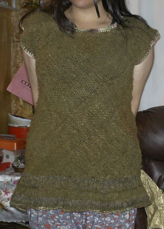 Polera tejido en bastidos 70x70 con aplicaciones en palillo y crochet.