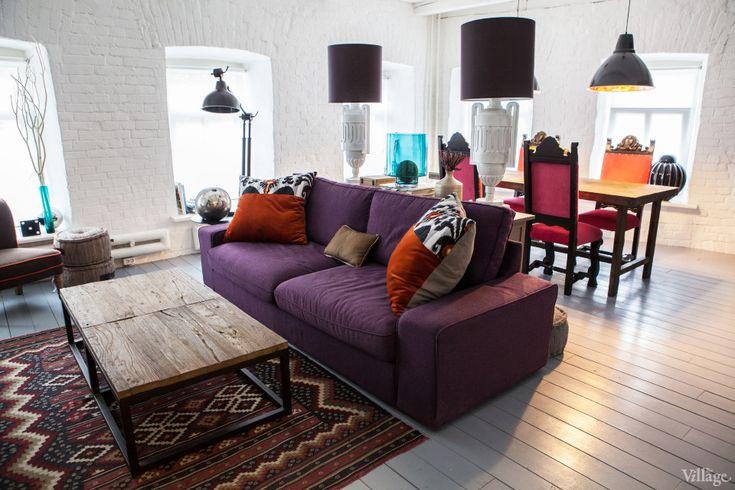 Благодаря объединению двух ранее смежных комнат и коридора, удалось разместить просторные зоны гостиной, кухни и столовой, оставив при этом ...