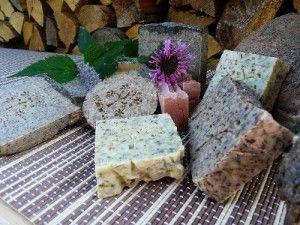 Výroba bylinných mýdel je další možností zpracování sklizně aromatických rostlin.