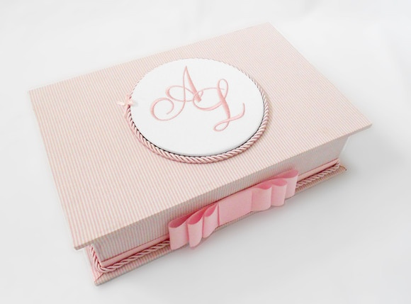 Caixa de madeira forrada em tecido, com aplicação de monograma bordado. Temos outras opções de tecidos, cores e estampas. Ideal para ser utilizada em toillets de casamento, na toillet da sua casa ou para você guardar maquiagens e bijouterias. R$200,00