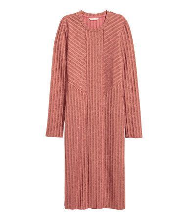 Vintage pink. Knee-length, long-sleeved dress in a rib knit with glittery threads.