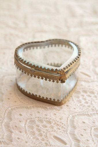 porte alliances écrin/ wedding ring box http://atmospheremariages.fr/837-2872-thickbox/boite-a-alliances.jpg