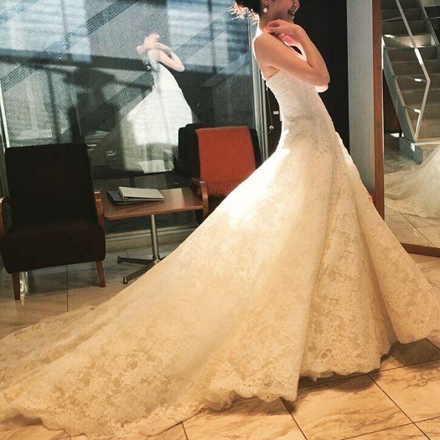 マリア ラブレースで1番人気のレースのウエディングドレス。 体に沿うフィット&フレアのシルエットと、華やかに広がるスカートライン、そしてレースの下に隠されたスパンコールの繊細な輝き。 花嫁心をギュッと掴む1着。 #wedding #weddingdress #lace #instawedding #Maria Lovelace #ウエディング #ウエディングドレス #ウエディングドレスショップ #レースのドレス #マリア ラブレース #代官山