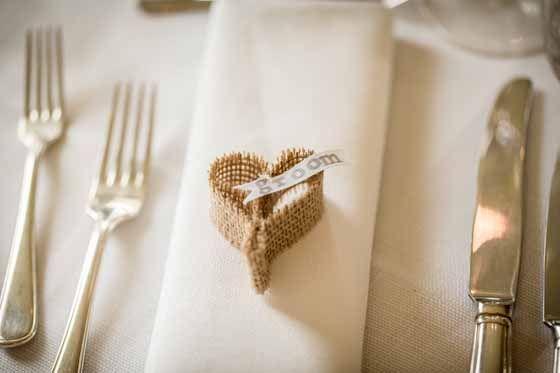 Stijlvolle naamkaartje voor het diner op de bruiloft. Fotocredit: Eppel Fotografie (http://www.eppel.nl/) - Pinterested @ http://wedspiration.com.