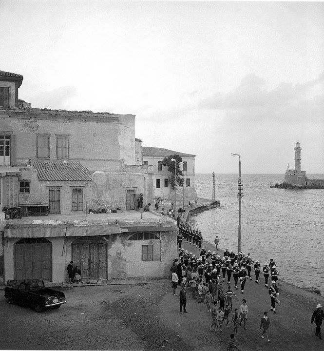 1964 Χανιά παλιό λιμάνι μπροστά απ'το σπίτι του Σαλή. Ίσως κάποια γιορτή ήταν ή Κυριακή. Το άγημα έρχεται απ'το φρούριο του Φιρκά.