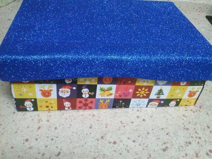caja decorada con papel de regalos y goma eva