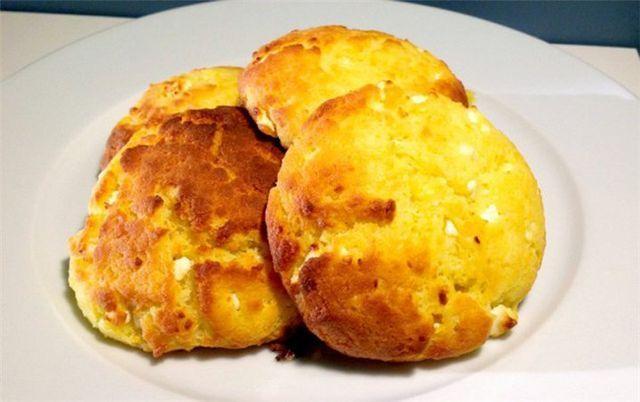 Τυροψωμάκια με φέτα και γιαούρτι. Ιδανικά για σχολικό κολατσιό!  1 κεσεδάκι γιαούρτι 2% •1 φλιτζάνι ηλιέλαιο •2 αυγά •1 κουταλιά της σούπας αλάτι •500 γρ. αλεύρι που φουσκώνει μόνο του •250 γρ. φέτα θ