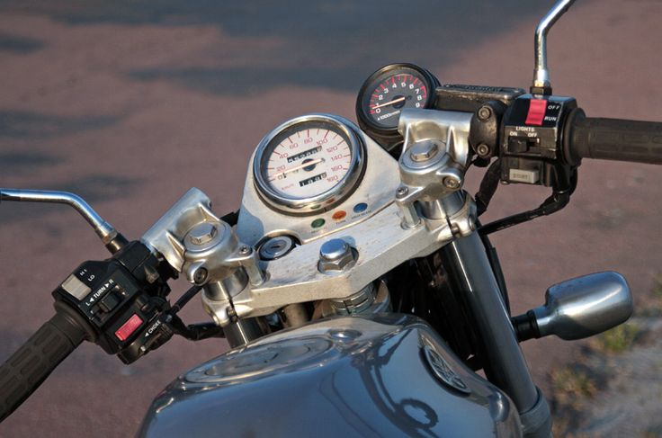 raised up clip-ons a little to increase comfort on a low speed rides - Yamaha SRX600 Reborn.  – Gazzz garage