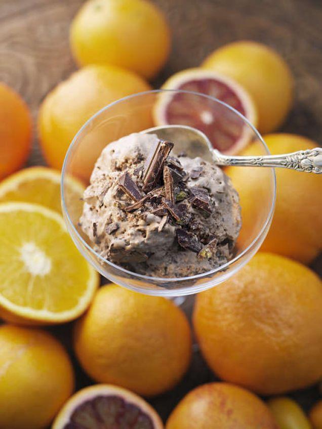 En bitter chokladmousse som lättas upp med hjälp av apelsin.