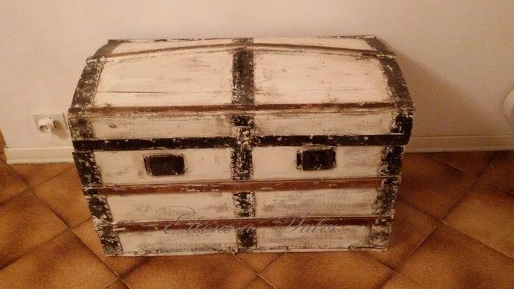 Antico baule rivisitato in stile shabby chic, chippy.  https://www.facebook.com/atelierdellarteleonorasalvi/