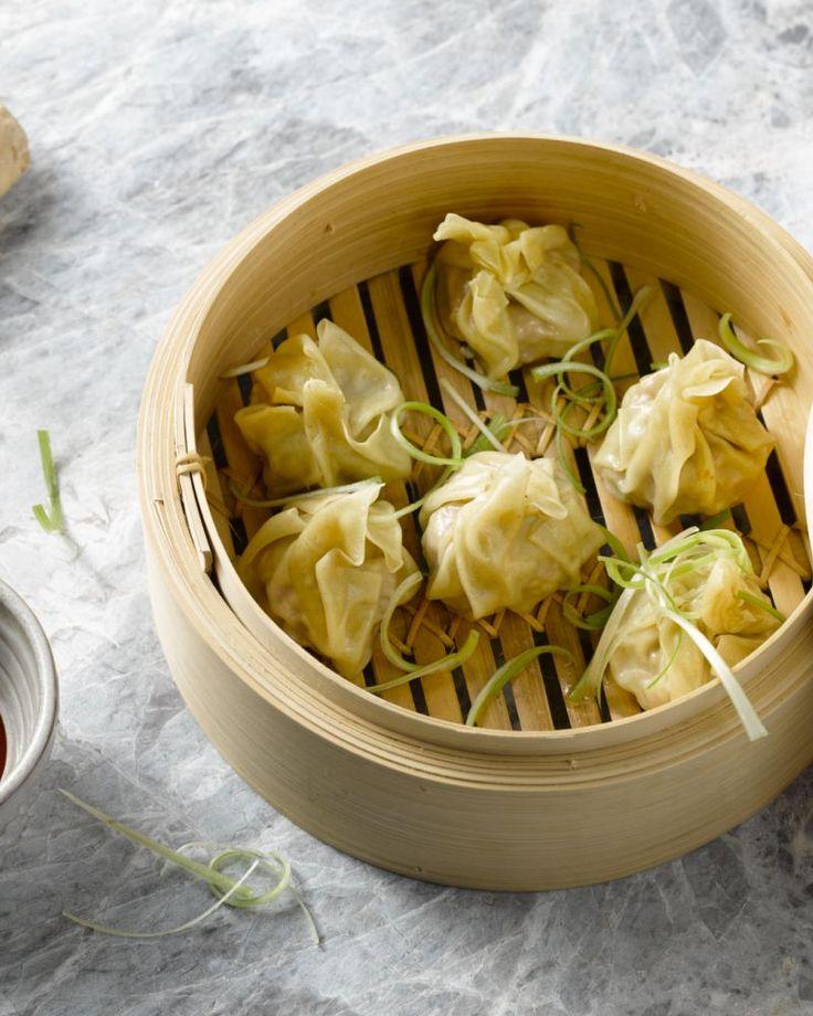 Dim sums zijn lekkere gestoomde hapjes uit de Aziatische keuken, en maak je makkelijk zelf. Doop de gezonde dim sums in een pikant sausje, lekker!
