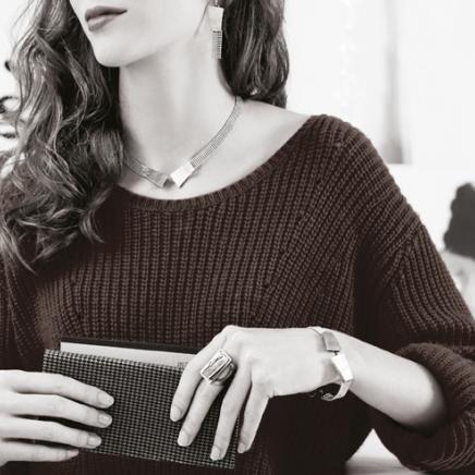 Anne-Marie Chagnon Collection 2015 Printemps-Été Collier : Ève - or Boucles d'oreilles : Kim Bracelet : Baptiste - or Bague : Tim - or mat --------------------------- 2015 Spring-Summer Collection   Necklace: Ève - gold Earrings: Kim Bracelet: Baptiste - gold Ring : Tim - matte gold
