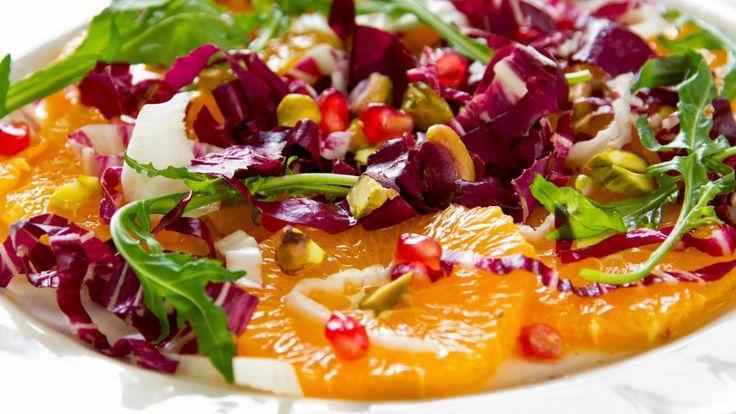 Une recette de salade de pomme grenade, orange, oignon rouge et menthe, présentée sur Zeste et Zeste.tv