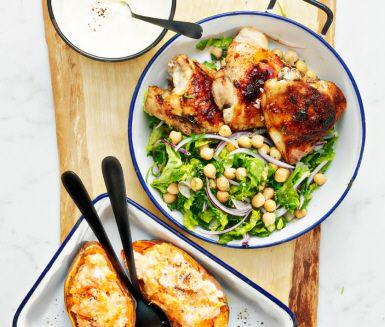 Marockansk kyckling med bakad s�tpotatis �r en inbjudande r�tt full med orientaliska smaker vanliga i det nordafrikanska k�ket � kanel, spiskummin, s�tpotatis, paprika och honung. Servera den l�ckra kycklingen med bakad s�tpotatis, smarrig vitl�kskr�m och fr�sch sallad.