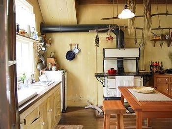 これが魔女のキッチン。使い込まれた様子。天井につるされる薬草、ハーブが魔女らしい。