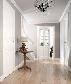 Warme kleurencombinatie (vloer, muren, witte deuren)