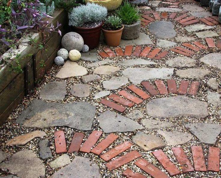 allées de jardin en dalles de pierre, briques rouges et graviers décoratifs, plantes succulentes en pots et mur de soutènement en bois