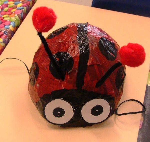 Dans notre école, nous remplaçons le carnaval par la fête du printemps, fin mars (pour que les enfants n'aient pas trop froid lors du défilé). Voici nos chapeaux coccinelles et bourdons que les enfants ont fabriqués en papier mâché, pour l'occasion. Beaucoup...
