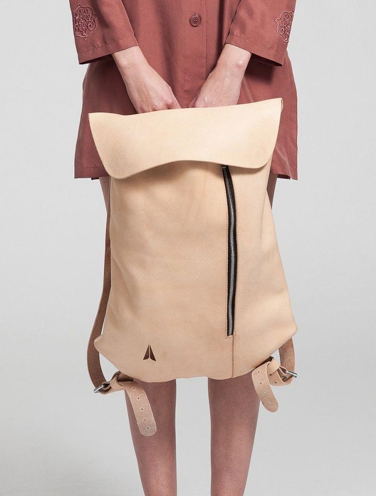 Достойную партию стилизованным спортивным вещам составит рюкзак. Наверняка, вы оцените его удобство и комфортность использования. Носить его можно не только на плече, но и в руках за короткую ручку. Особо ценным вложением в гардероб будет вариант средней величины нежных пастельных оттенков: пудровый, небесно-голубой, мятный.